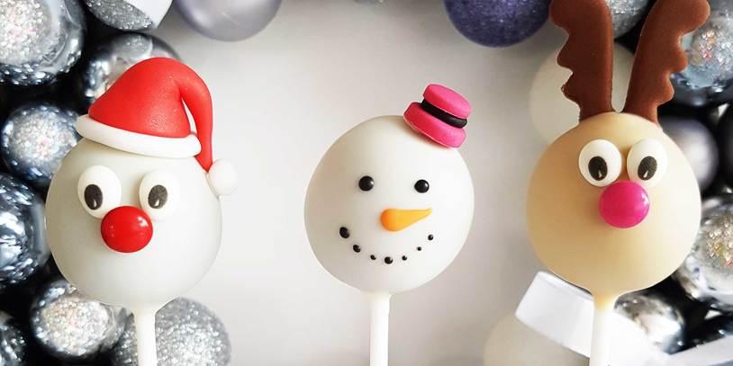 Weihnachtlich verzierte Cakepops in Form von Weihnachtsmann, Schneemann und Rentier