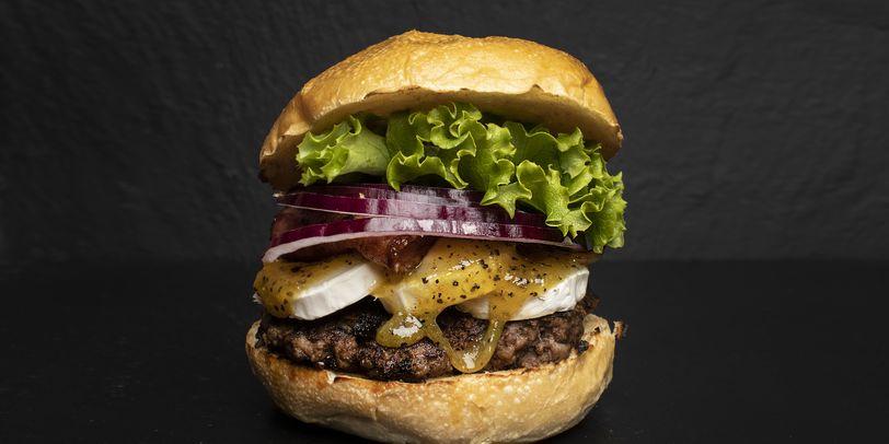 Ein Burger von Biggie B auf schwarzem Hintergrund