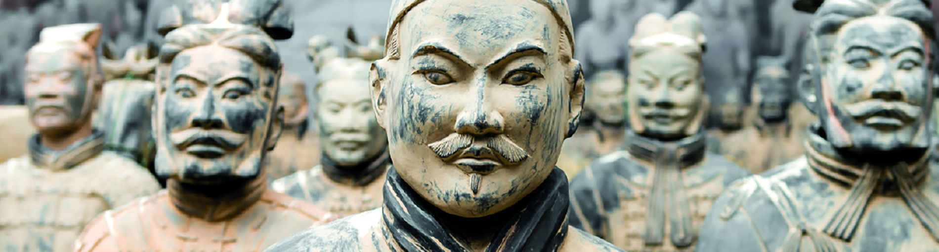 Chinesische Soldaten aus Terrakotta stehen in Reih und Glied