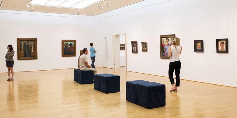 Ausstellungssaal mit Besuchern im Paula Modersohn-Becker Museum.