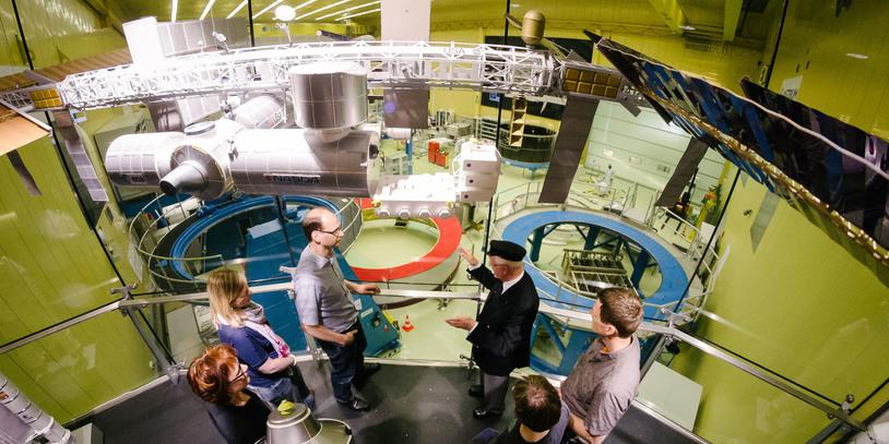 Während der Führung durch die Raumfahrtstation mit vielen Geräten.