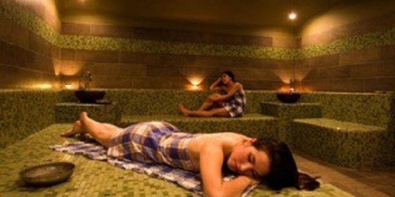 Zwei Frauen entspannen im Badehaus Bremen.