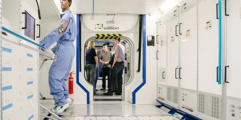 Besucher während einer Raumfahrt-Führung im Columbus-Modul bei Airbus Defence and Space