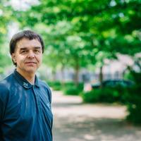 Ein Mann in einem blauen Hemd schaut in die Kamera, im Hintergrund grüne Bäume; Quelle WFB/Jonas Ginter<br />