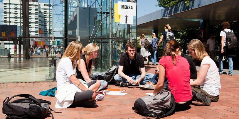 Studierende auf dem Campus-Boulevard der Universität Bremen