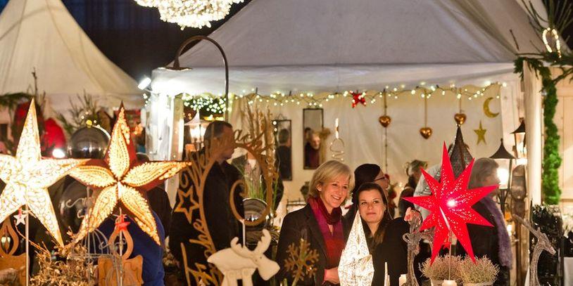 Zwei Frauen stehen an einem weihnachtlichen Stand; Quelle: Messe Bremen/Jan Rathke