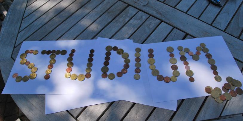 """Ein Schriftzug """"Studium"""" aus Geld"""
