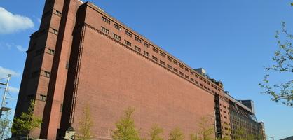 Riesiges rotes Backsteingebäude vor blauem Himmel; Quelle: WFB/bremen.online - MDR