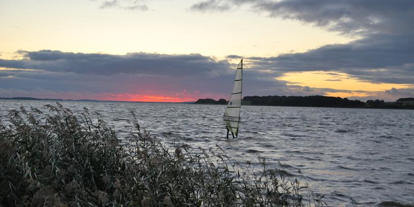 Windsurfer auf Wasser