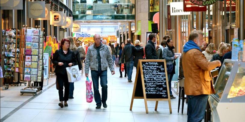 Menschen in Einkaufspassage