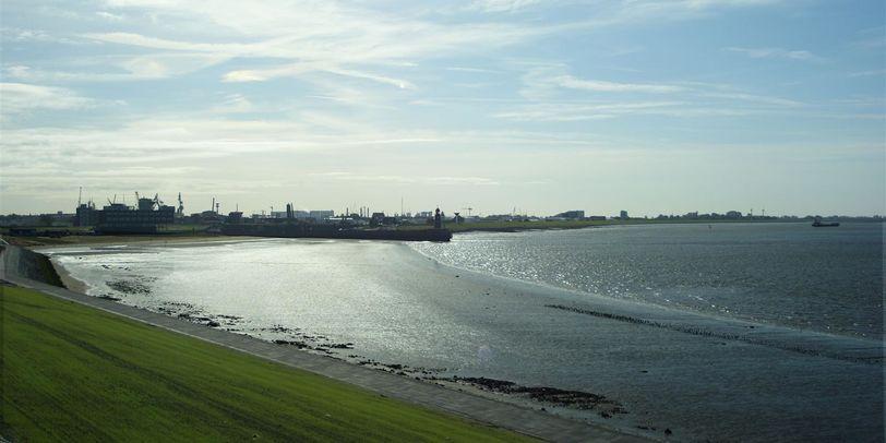 Das Meer und der Deich in Bremerhaven