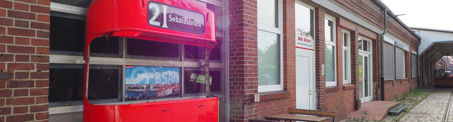 Der Eingangsbereich vom Straßenbahnmuseum in Sebaldsbrück mit der Front einer roten Straßenbahn