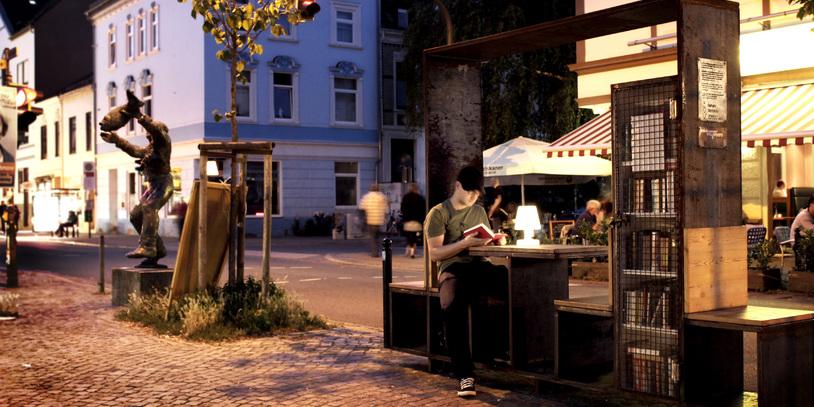 Ein Mann sitzt auf einem öffentlichen Platz und liest; Quelle: Jana Dietrich/bildmaterial-jana.tumblr.com