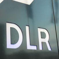 """Eine dunkle Wand mit weißer Beschriftung """"DLR"""""""