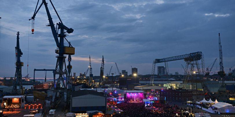 Viele Bühnen sind vor dem Hamburger Hafen aufgebaut und es läuft gerade das Elbjazzfestival.