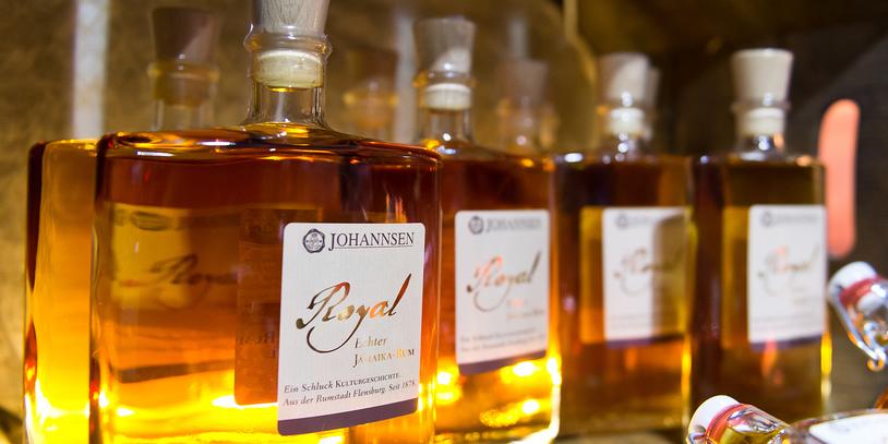 Flaschen mit einer guldenen Flüssigkeit.