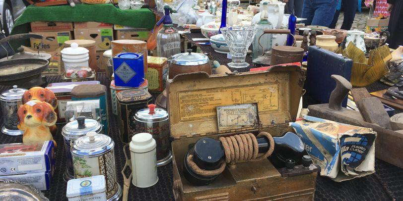 Ein altes Telefon und altes Porzellangeschirr auf einem Verkaufstisch auf dem Flohmarkt auf der Bürgerweide