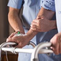 Mann mit Gehilfe und Tropf wird gestützt, Quelle: fotolia; Photographee.eu