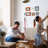 Ein junges Paar sortiert in einer Wohnung Dinge in Umzugskisten; Quelle: fotolia/SolisImages