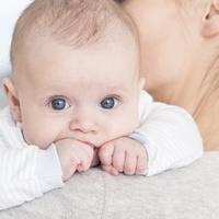 Ein Baby auf dem Arm der Mutter (Quelle: fotolia / Photographee.eu)