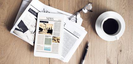 Zeitung News Tablet Arbeit Kaffee Business Brille Professionell