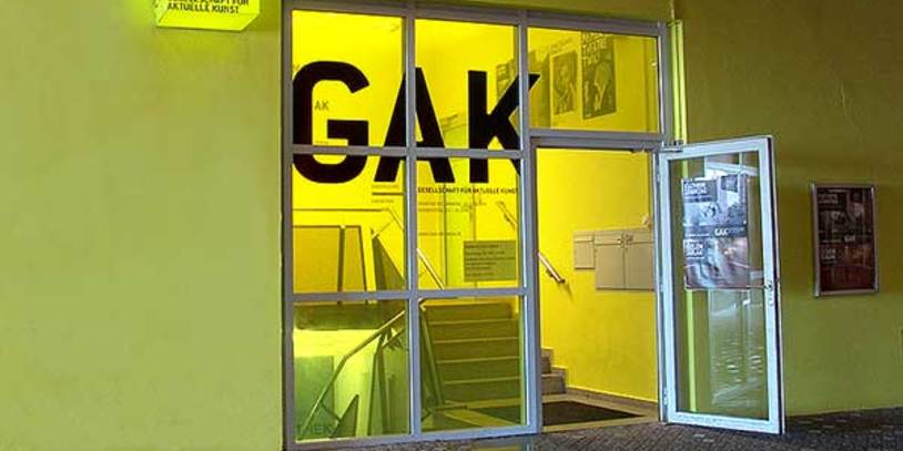 Der in gelb gehaltene Eingangsbereich zur GAK - Gesellschaft für Aktuelle Kunst