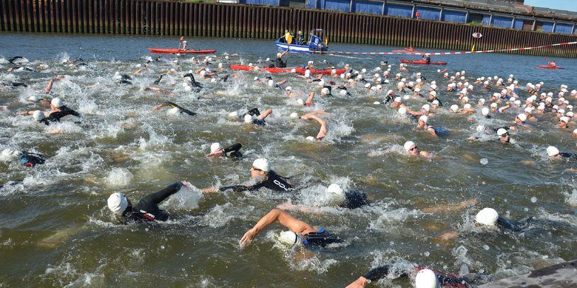 Schwimmende Athleten im Hafenbecken