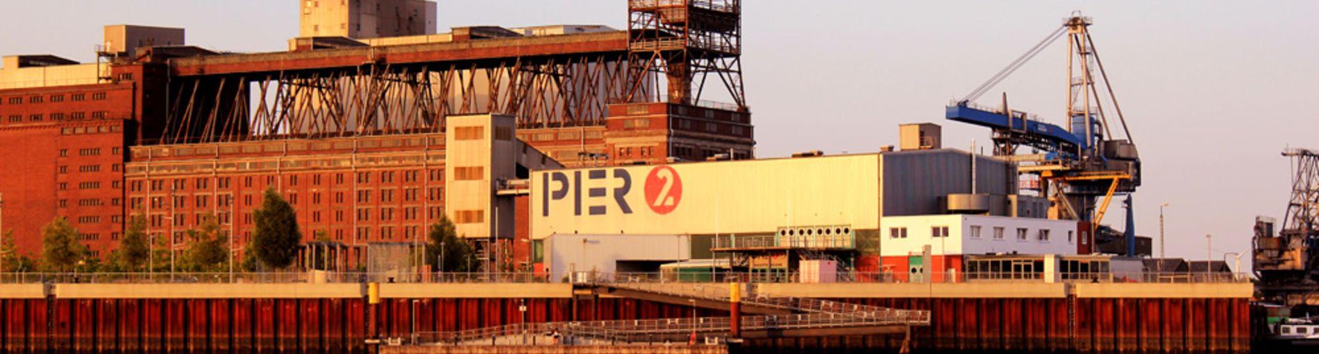 Blick auf das Pier 2 in der Überseestadt im Abendlicht