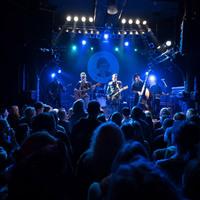 Zu sehen ist eine Bühne in blaues Licht gehüllt auf dem Hamburger Küchensession Festival.