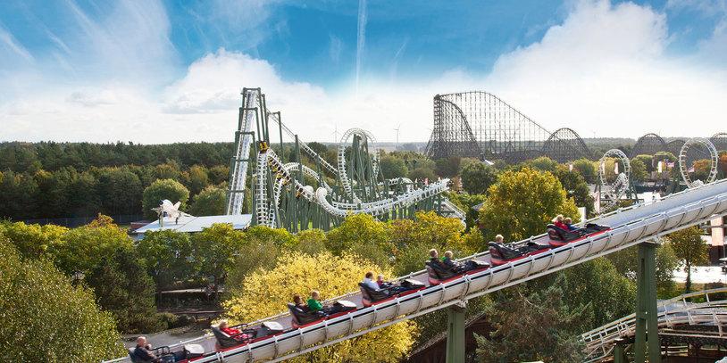 Blick über das Gelände des Heide Park Resort mit zahlreichen Achterbahnen.