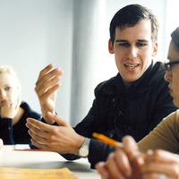Ein Dozent erklärt einer Studentin etwas; Quelle: Hochschule Bremen