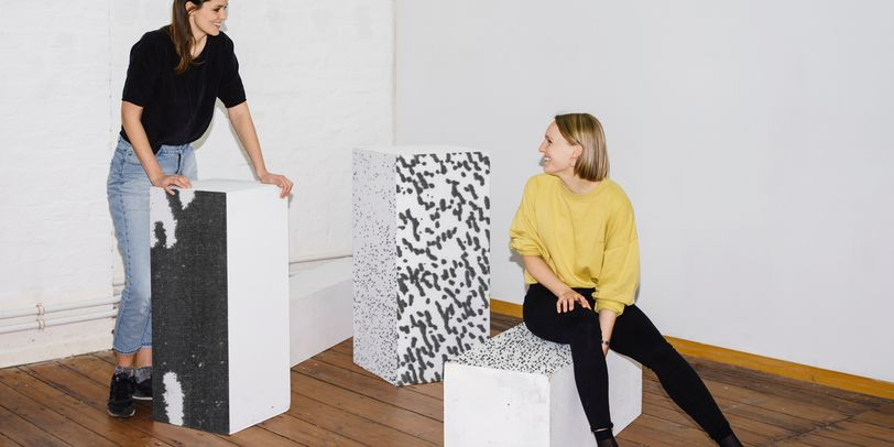 Das Foto zeigt Sarah Fricke und Lisa Petersen, die beiden Entwicklerinnen des visuellen Projektes der diesjährigen Hochschultage.