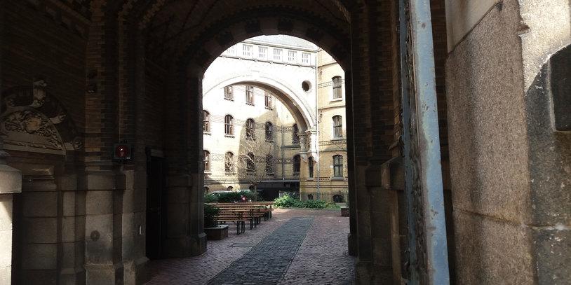 Eingang des historischen Gebäudes des Hofbräuhaus Bremen.