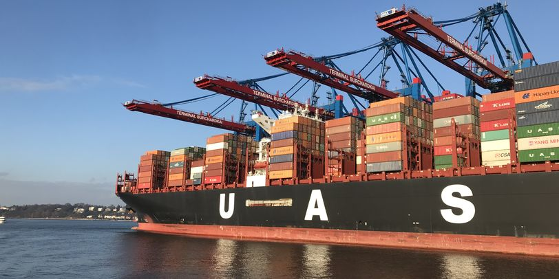 Hamburger Hafen mit großen Container Schiffen.