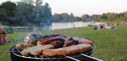 Grill mit Fleisch und Würstchen