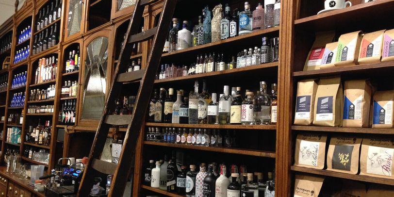 Ein deckenhohes Regal gefüllt mit Dosen und Flaschen.