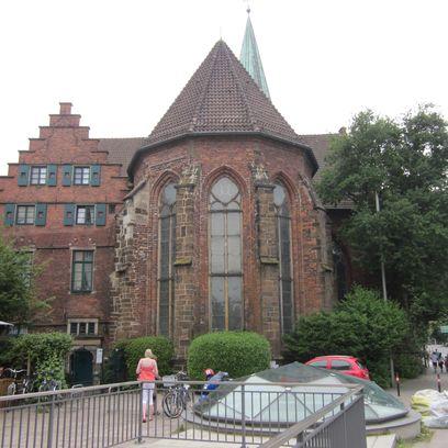 Ein runder Backsteinbau mit großen Fenstern