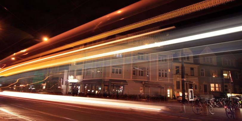 In der Wachmannstraße sind nur noch die Lichter einer vorbeifahrenden Straßenbahn im Dunkeln zu erkennen.