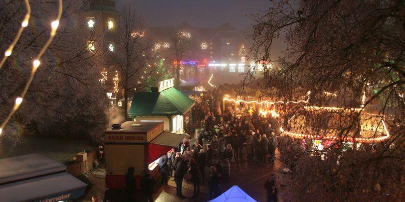 Der Weihnachtsmarkt in Osterholz-Scharmbeck von oben, mit vielen Besuchern und Ständen