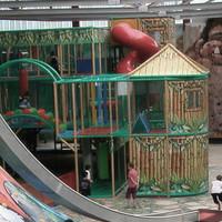 Kinder spielen auf einem Indoor-Spielplatz