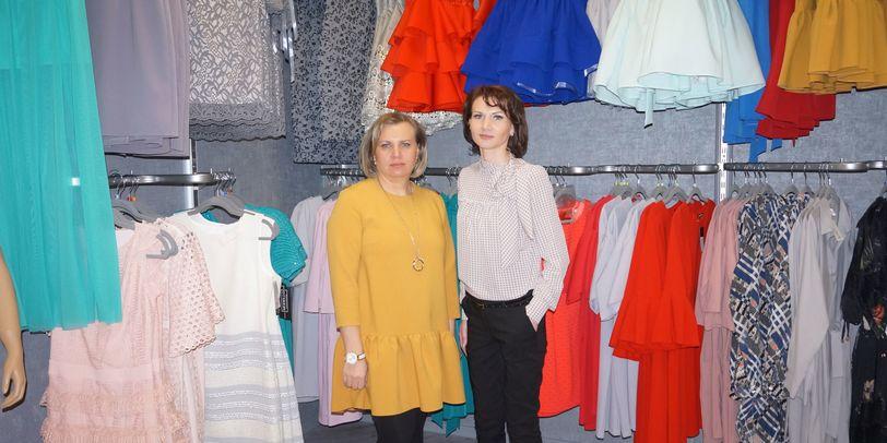 Die Inhaberin Elena Kolesnikova und ihrer Schwester Irina Bondar stehen inmitten ihres Bekleidungsgeschäftes