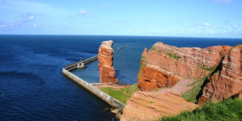"""Der Felsen """"Lange Anna"""" mit Blick auf das Meer von der Insel Helgoland. Quelle: Kurverwaltung Helgoland"""