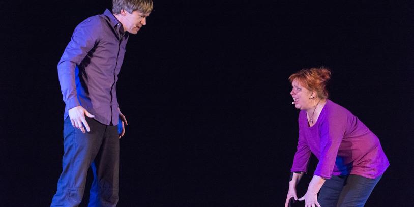 Ein Mann steht links und schaut zu wie ihm eine Frau rechts etwas zeigt. Foto: Volker Althaus.