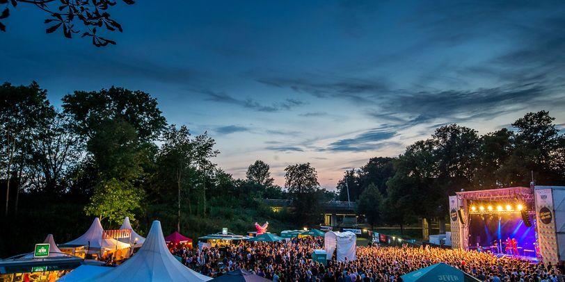 Das Gelände vom MAMF - Müssen Alle Mit Festival mit Bühne und vielen Besuchern im Bürgerpark Stade