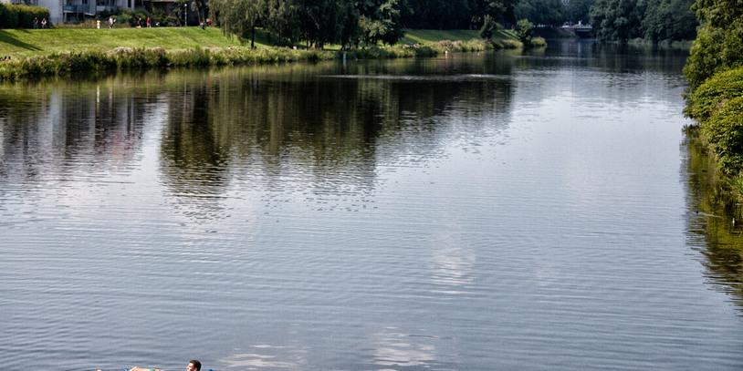 Mann auf einer Luftmatratze auf dem Werdersee