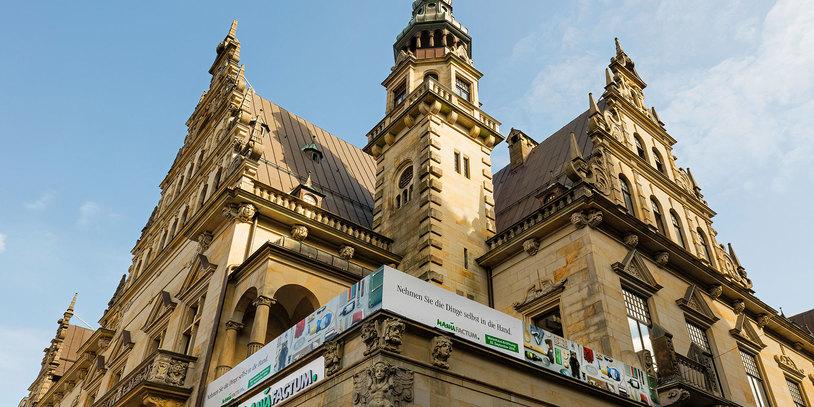 Eine Außenaufnahme von manufactum, ein historisches Gebäude in der Bremer Innenstadt.