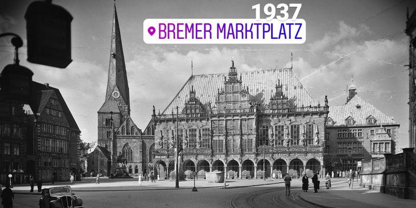 """Zu sehen ist ein schwarz-weiß-Bild, das einen großen Platz zeigt, an dessen Ende ein großes Gebäude steht. Links davon steht ein Turm und rechts davon ein kleines Nebengebäude. Links im Bild ist eine Häuserreihe zu erkennen. Im unteren Rand parkt ein Auto, außerdem sind Personen zu erkennen, die über den Platz laufen. Ein lilafarbener Schriftzug mit der Aufschrift """"Bremer Marktplatz"""" sowie die weiße Zahl 1937 liegen auf dem Bild."""