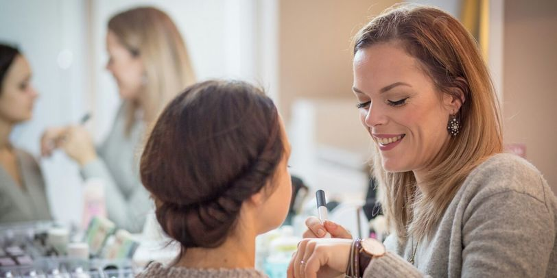Make Up Artist Melanie Andreas beim Schminken einer Make-Up Kurs Teilnehmerin