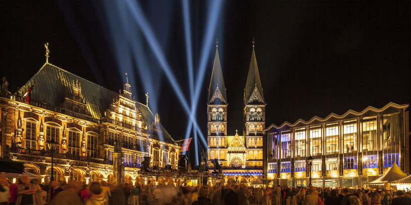 Auf dem Rathausplatz findet die Eröffnung des Musikfests statt mit vielen Menschen.