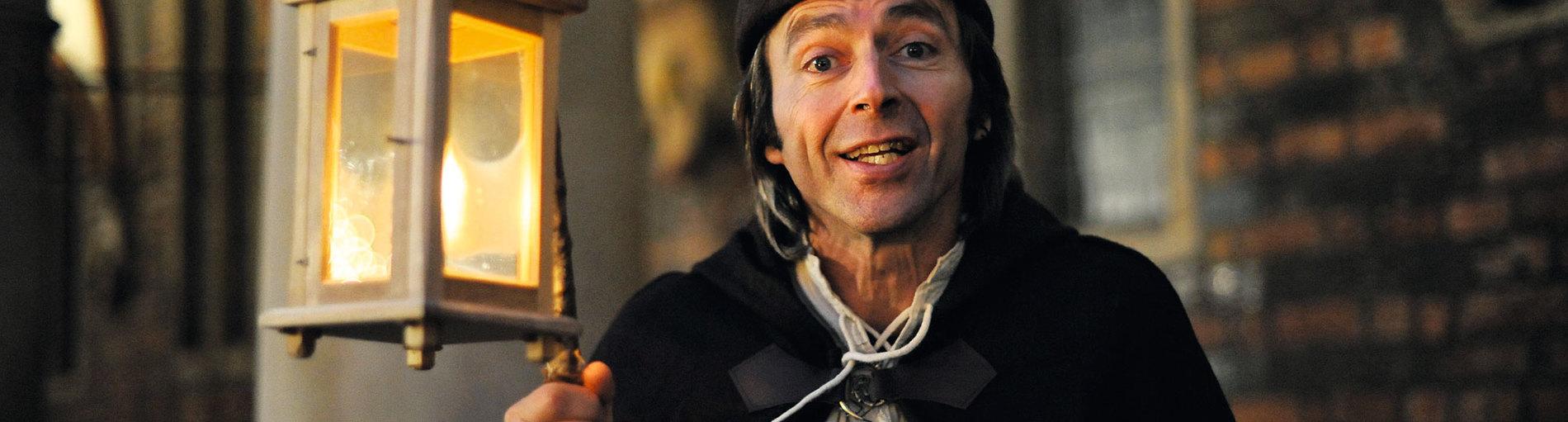 Ein als Nachtwächter verkleideter Schauspieler.